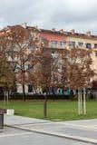 Lopende mensen in park voor Nationaal Paleis van Cultuur in Sofia, Bulgarije Stock Foto's