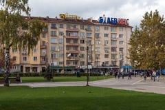 Lopende mensen in park voor Nationaal Paleis van Cultuur in Sofia, Bulgarije Royalty-vrije Stock Afbeelding