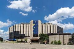 Lopende mensen voor Nationaal Paleis van Cultuur in Sofia, Bulgarije stock afbeeldingen