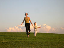 Lopende moeder met zoon Royalty-vrije Stock Fotografie