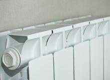 Lopende radiator op achtergrondbehang stock fotografie