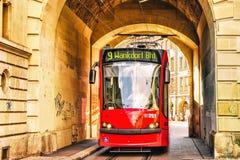 Lopende tram bij de poort op Kramgasse-straat Bern royalty-vrije stock afbeelding