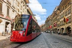 Lopende tram en mensen bij Marktgasse-straat in Bern stock fotografie