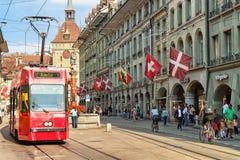 Lopende tram en mensen op Marktgasse-straat met Kafigturm Bern royalty-vrije stock foto's