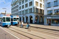 Lopende trams in Limmatquai in stadscentrum van Zürich Stock Foto's