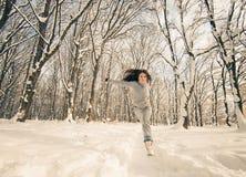 Lopende vrouw bij de winterbos Royalty-vrije Stock Fotografie