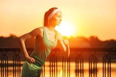 Lopende Vrouw De agent stoot in zonnig helder licht op sunris aan Royalty-vrije Stock Foto