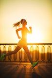 Lopende Vrouw De agent stoot in zonnig helder licht op sunris aan Stock Afbeeldingen