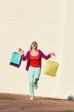Lopende vrouw het winkelen zakken Royalty-vrije Stock Fotografie