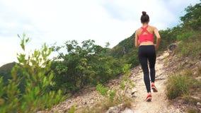Lopende vrouw op bergweg Sportfitness meisje die buiten in bergen het leven het gezonde levensstijl genieten uitoefenen van stock video