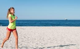Lopende Vrouw Vrouwelijke agent die tijdens openluchttraining op strand aanstoot royalty-vrije stock afbeeldingen