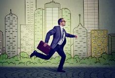 Lopende werknemer, rijpe bezige bedrijfsmens Royalty-vrije Stock Fotografie