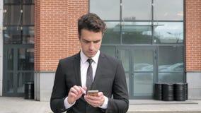 Lopende Zakenman Browsing Internet op Smartphone stock videobeelden