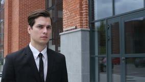 Lopende Zakenman Coming aan Bureau, Langzame Motie stock footage