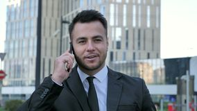 Lopende Zakenman Discussing op Telefoon, Onderhandeling stock videobeelden