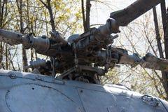 Loposty老直升机 1直升机军事占领抢救 40争斗已经来然而荣誉称号比那里更放置内存纪念碑在通过的爱国人位置可能的战士对未知的退伍军人胜利战争几年的日永恒法西斯主义花荣耀了不起的英雄 5月第九 免版税库存图片