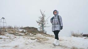 Lopp av kvinnan på is av Lake Baikal Mystisk historisk ritual för nära unikt buddistiskt burkhan monumentsymbol för stupa lager videofilmer
