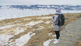 Lopp av kvinnan på is av Lake Baikal Mystisk historisk ritual för nära unikt buddistiskt burkhan monumentsymbol för stupa stock video