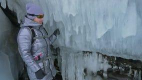 Lopp av kvinnan på is av Lake Baikal Tur som övervintrar ön Flickan går på foten av is vaggar Handelsresanden ser stock video