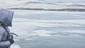 Lopp av kvinnan på is av Lake Baikal Tur som övervintrar ön Flickan går på foten av is vaggar Handelsresanden ser arkivfilmer