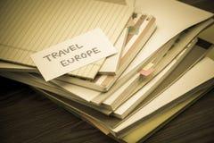 Lopp Europa; Högen av affärsdokument på skrivbordet arkivbild