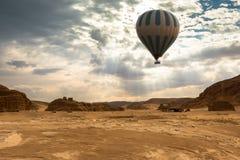 Lopp för ballong för varm luft över öken arkivfoton