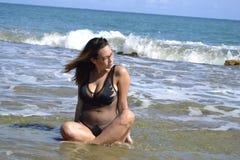 Lopp för liv för ö för sexig vattenstrandkvinna naturligt tillfälligt fotografering för bildbyråer