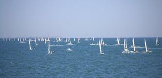 Lopp för många segelbåtar, Burgas fjärd Arkivbild