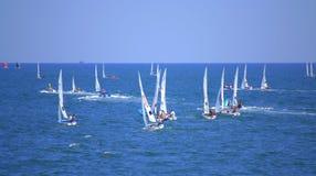 Lopp för många segelbåtar, Burgas fjärd Arkivfoton