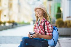 Lopp för tonårs- flicka i Europa Turism- och semesterbegrepp arkivbilder