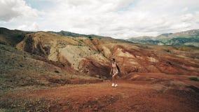 Lopp för ung kvinna bara berg som trekking arkivfilmer