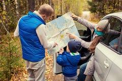 Lopp - familj med den campa bilen på vägen arkivbild