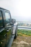 lopp för Av-väg jeepbil på bergvägen, Arkivfoto