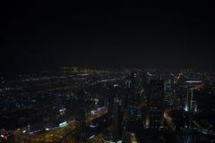 Lopp i Dubai p? natten arkivbild