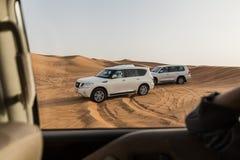 Lopp i dynsanden vid 4x4 av vägen på Dubai Arkivfoton
