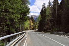 Lopp i sommar på vägen i en bil med en härlig sikt av bergen i Ryssland, Kaukasuset arkivfoton