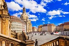 Lopp i Tyskland - eleganta barocka Dresden fyrkantig Neumarkt intelligens arkivbild