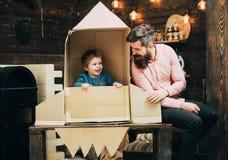 Lopp och affärsföretag Fader och liten pojke i pappers- raket Familj och barndom Beståndsdelar av denna avbildar möblerat av NASA Arkivbilder