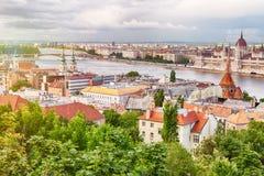 Lopp- och européturismbegrepp Parlament och flodstrand i den Budapest Ungern under solig dag för sommar med blå himmel och moln arkivbilder