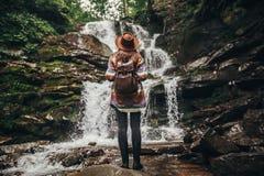 lopp- och reslustbegrepp stilfull hipsterflicka i hatt med fotografering för bildbyråer