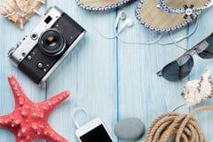 Lopp- och semesterobjekt på trätabellen arkivfoto