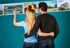 Lopp- och turismbegrepp Omfamna par som bläddrar bilder för sommarferier Kvinna och man som väljer loppfoto på digitalt D royaltyfri bild