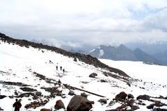 Lopp på den Mount Elbrus lutningen Arkivbild