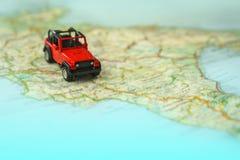 Lopp på vägen med översikten Tur för billopp och väg Begrepp av resan och att hyra en bil Selektiv fokus, kopieringsutrymme royaltyfria bilder