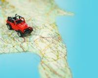 Lopp på vägen med översikten Tur för billopp och väg Begrepp av resan och att hyra en bil Selektiv fokus, kopieringsutrymme arkivfoto