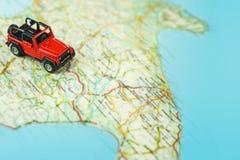 Lopp på vägen med översikten Tur för billopp och väg Begrepp av resan och att hyra en bil Selektiv fokus, kopieringsutrymme arkivbilder