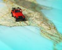 Lopp på vägen med översikten Tur för billopp och väg Begrepp av resan och att hyra en bil Selektiv fokus, kopieringsutrymme arkivbild