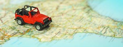 Lopp på vägen med översikten Tur för billopp och väg Begrepp av resan och att hyra en bil Selektiv fokus, kopieringsutrymme royaltyfri fotografi