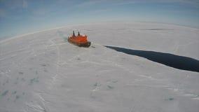 Lopp p? isbrytaren i isen, Antarktis stock video