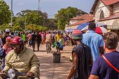 Lopp runt om Afrika Turister och lokaler på den nationella marknaden fotografering för bildbyråer